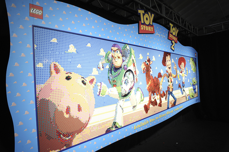 Toy story lego mural celebrates blu ray releases - Lecteur blu ray mural ...